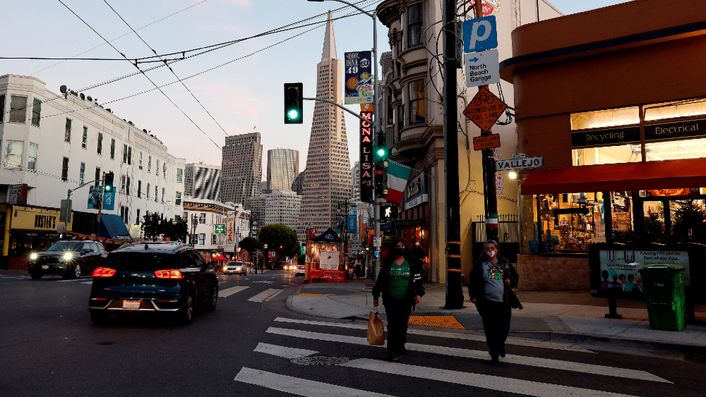 Dos regiones de California restringirán movilidad desde este domingo - Foto de EFE