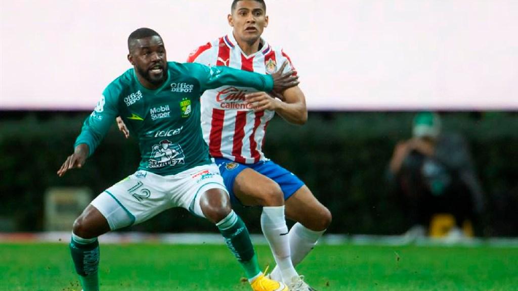 Chivas y León empatan 1-1 y dejan todo para la vuelta de la Semifinal - Chivas y León empatan 1-1 y dejan todo para el partido de vuelta de semifinales en la Liga MX. Foto EFE