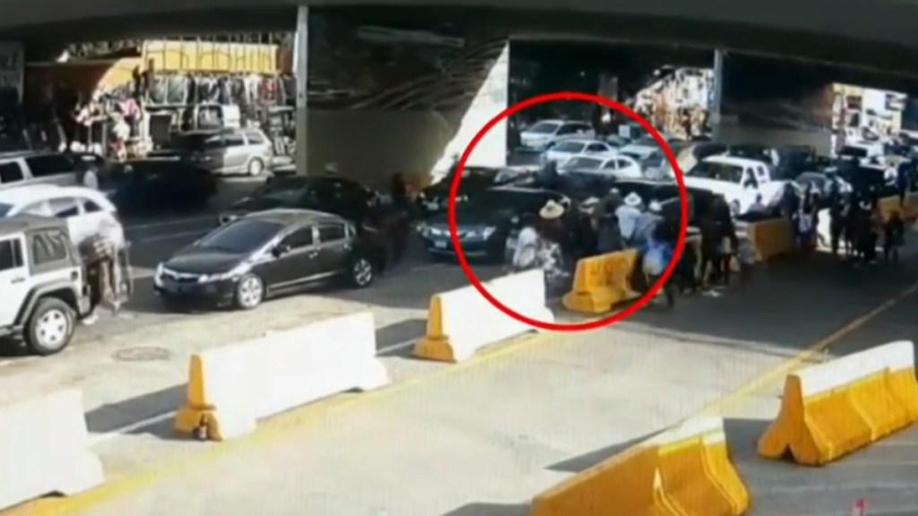 #Video Conductor atropella a vendedores ambulantes en garita de San Ysidro y muere - Conductor atropella a vendedores ambulantes en garita de San Ysidro. Captura de pantalla