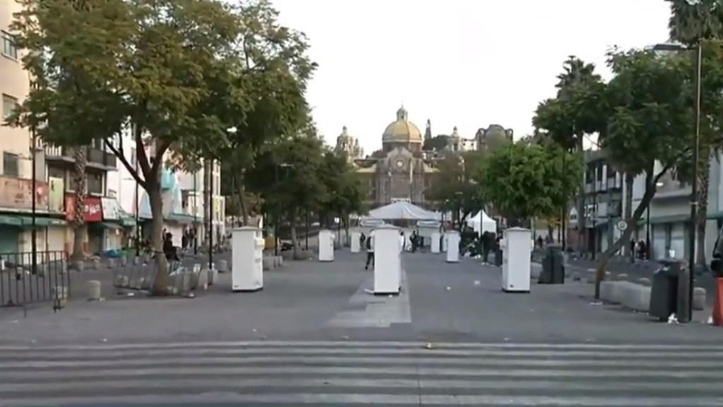 Luce desierta Basílica de Guadalupe ante cierre por COVID-19 - Corredor del peregrino hacia la Basílica de Guadalupe. Captura de pantalla / Noticieros Televisa