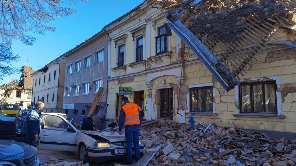 Varios muertos y decenas de heridos en Croacia por sismo magnitud 6.2 - Daños por sismo en Croacia. Foto de @_antens