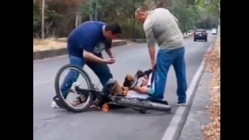 #Video Funcionarios del Programa Muévete en Bici de la CDMX golpean a joven; Movilidad confirma que fueron dados de baja - Dos servidores del Programa Muévete en Bici de la CDMX agreden y golpean a joven; ya fueron dados de baja: Movilidad. Foto Captura de pantalla