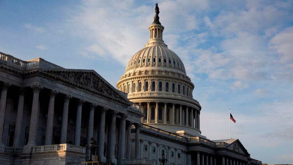 #EnVivo Sesiona Congreso de EE.UU. para ratificar victoria de Joe Biden - El Congreso de EE.UU aprueba rescate de 900 mil millones por la pandemia de COVID-19. Foto EFE