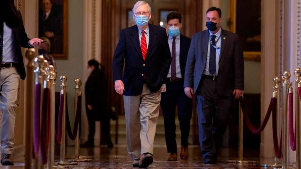 Congreso de EE.UU. llega a acuerdo para aprobar nuevo paquete de estímulos para paliar efectos de la pandemia - El líder de la mayoría republicana del Senado de Estados Unidos, Mitch McConnell, camina por el Capitolio en Washington. Foto EFE