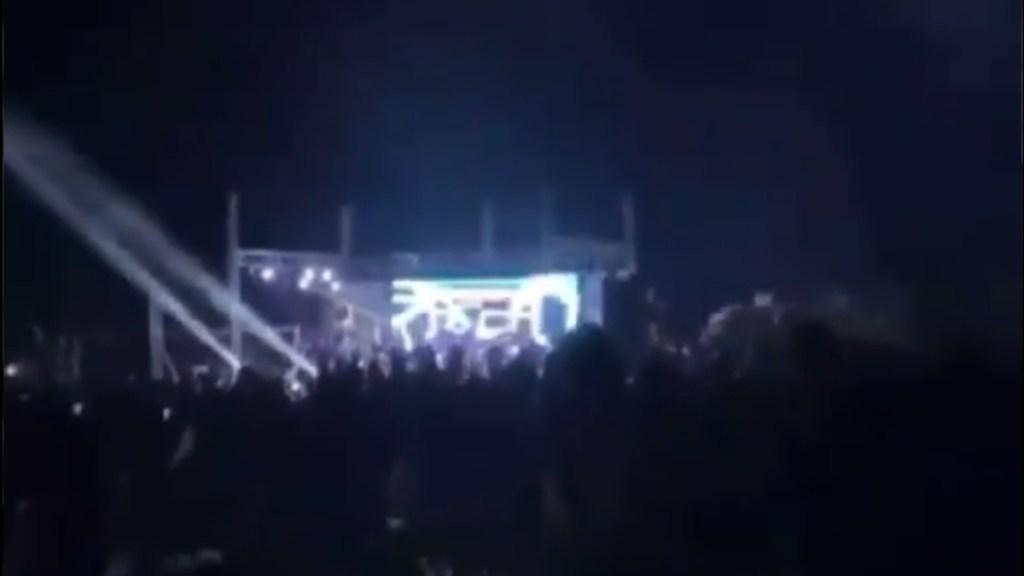 #Video Dispersan megaposada en Sinaloa presuntamente de hijos de 'El Chapo' - Escenario musical durante megaposada en Sinaloa. Captura de pantalla