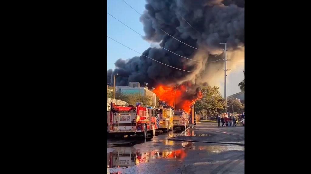 #VIDEO Fuerte incendio en empresa de Guadalupe, Nuevo León - Incendio fuera de control en la empresa De Acero, Guadalupe, Nuevo León. Foto captura de pantalla