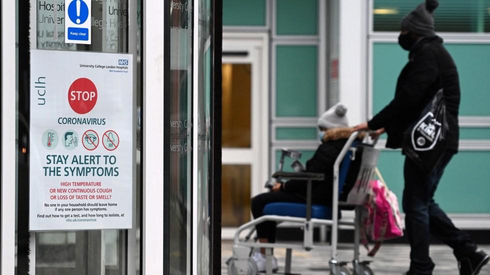 Reino Unido registra nuevo récord diario de contagios de COVID-19 con 55 mil 892 - Ingreso de paciente con COVID-19 a hospital en Londres. Foto de EFE