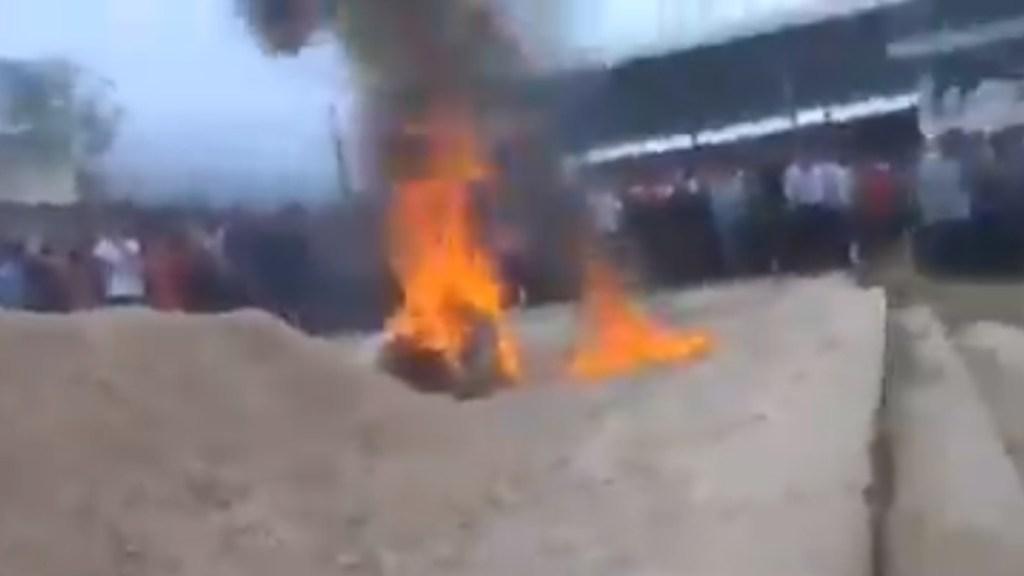 #Video Queman vivos en Chiapas a dos presuntos asesinos - Linchamiento de dos presuntos asesinos en Chiapas. Captura de pantalla
