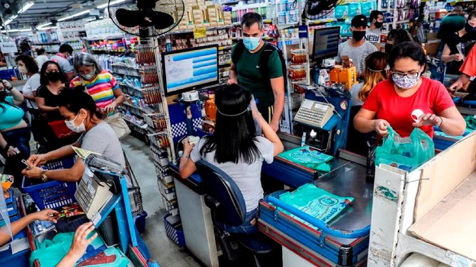 Miles de personas realizan compras en Sao Paulo pese a aceleramiento de casos COVID-19 en Brasil - Miles de personas realizan compras en Sao Paulo, a pesar de aceleramiento de casos COVID-19 en Brasil. Foto EFE