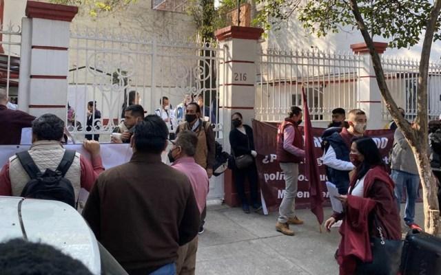 Protestan militantes de Morena en sede nacional por inconformidad en designaciones - Morena Sede Nacional protesta