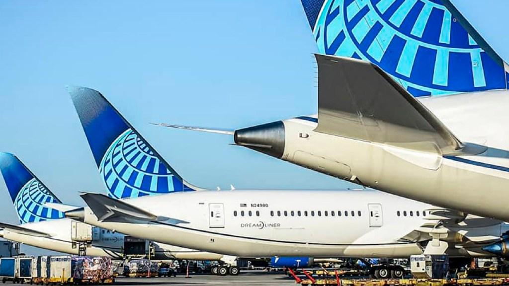 Hombre aborda vuelo con síntomas de COVID-19 en EE.UU.; sufre ataque y obliga a aterrizaje de emergencia - Murió hombre con síntomas de COVID-19 tras abordar vuelo de United Airlines en EE.UU. Foto Facebook United