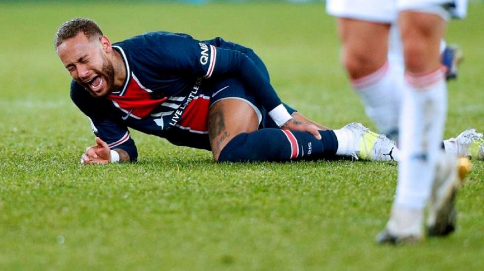 Neymar abandona en camilla partido ante Lyon por lesión de tobillo - Neymar abandona campo de juego en camilla por lesión en tobillo izquierdo. Foto EFE