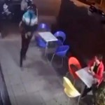 #Video Policía frustra robo mientras comía helado con su hijo; hiere a un asaltante