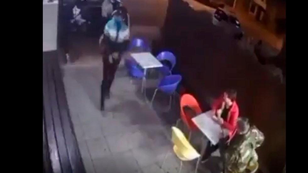 #Video Policía frustra robo mientras comía helado con su hijo; hiere a un asaltante - Policía de Uruguay evita robo mientras come helado con su hijo; dos sujetos intentan asaltar establecimiento y uno es herido. Captura de pantalla