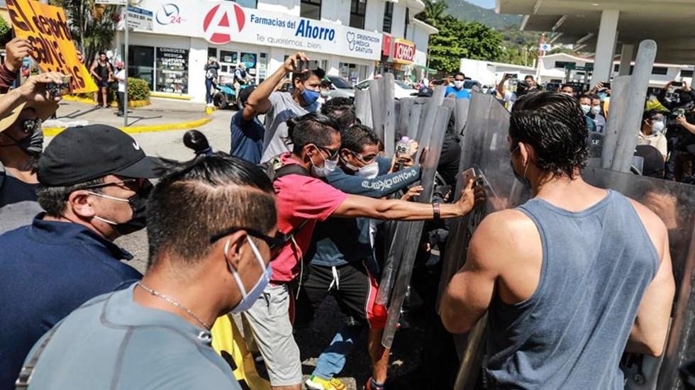 Un tercio de la población mundial no recibe ayuda económica por pandemia - Policías antimotines reprimieron una protesta de dueños de gimnasios que se oponen al cierre de sus negocios por repunte de contagios por COVID-19. Foto EFE