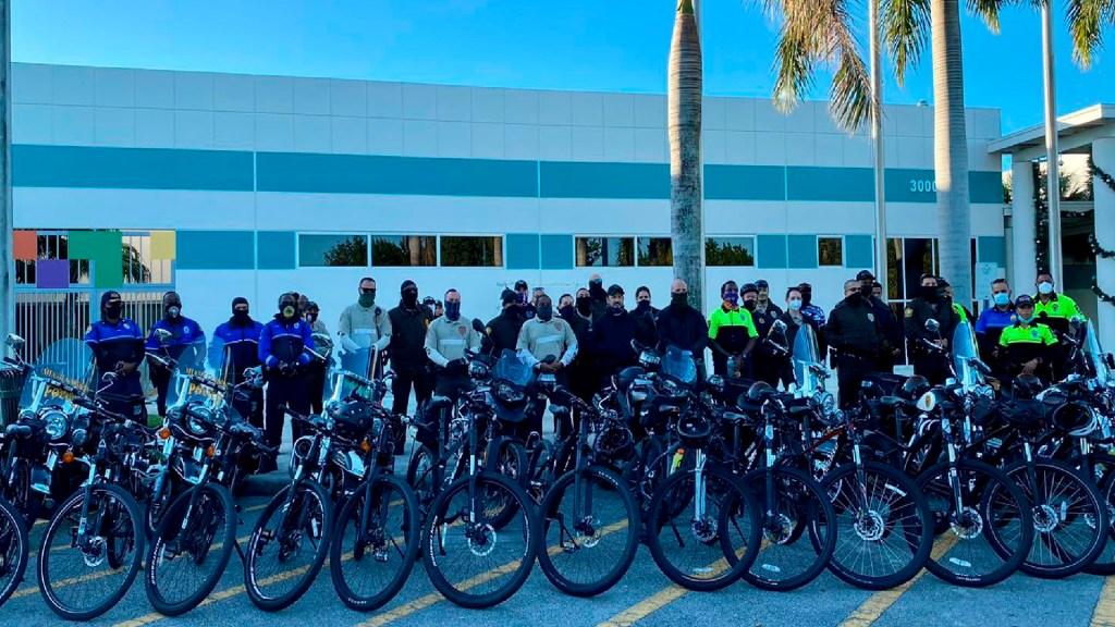#VIDEO Policías realizan caravana en Miami-Dade ante incremento de violencia armada - Policías en bicicleta recorren en caravana Miami-Dade contra la violencia por armas de fuego. Foto Twitter @MiamiDadePD