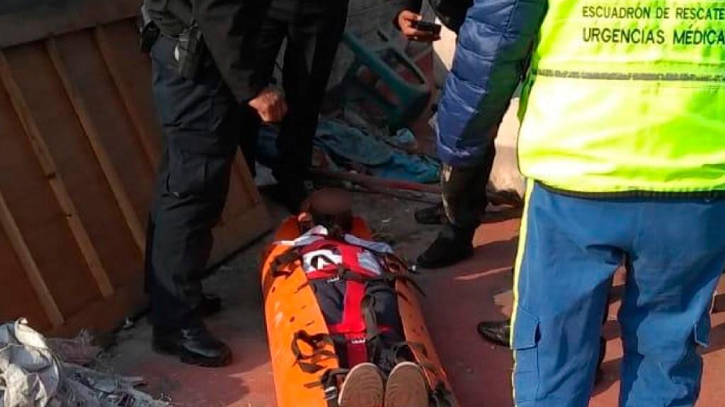 Policías rescatan a sujeto que intentó suicidarse en la Cuauhtémoc - Policías y rescatistas de la CDMX salvan la vida de un sujeto quien pretendía suicidarse en la alcaldía Cuauhtémoc. Foto Twitter @SSC_CDMX