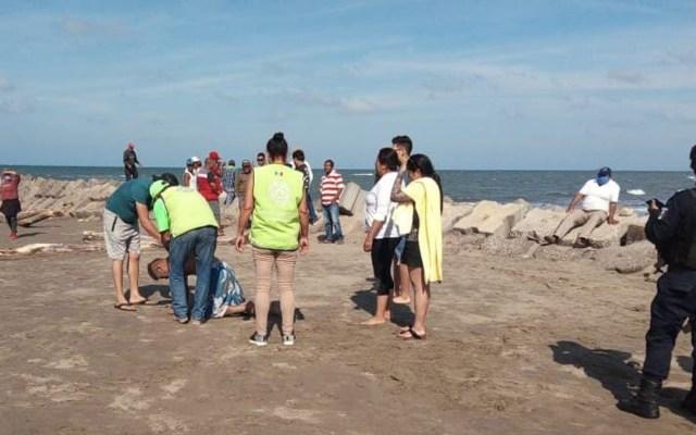 Mueren ahogados tres menores de edad en playa de Veracruz - Rescate de hombre en playa de Antón Lizardo, Veracruz. Foto de @mostazagr