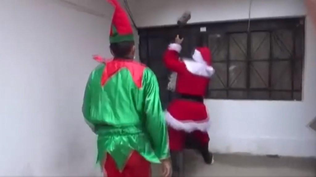 """#Video """"Te llegó la Navidad"""": Santa Claus lidera operativo antidrogas - Santa Claus y duende en operativo antidrogas en Perú. Captura de pantalla"""