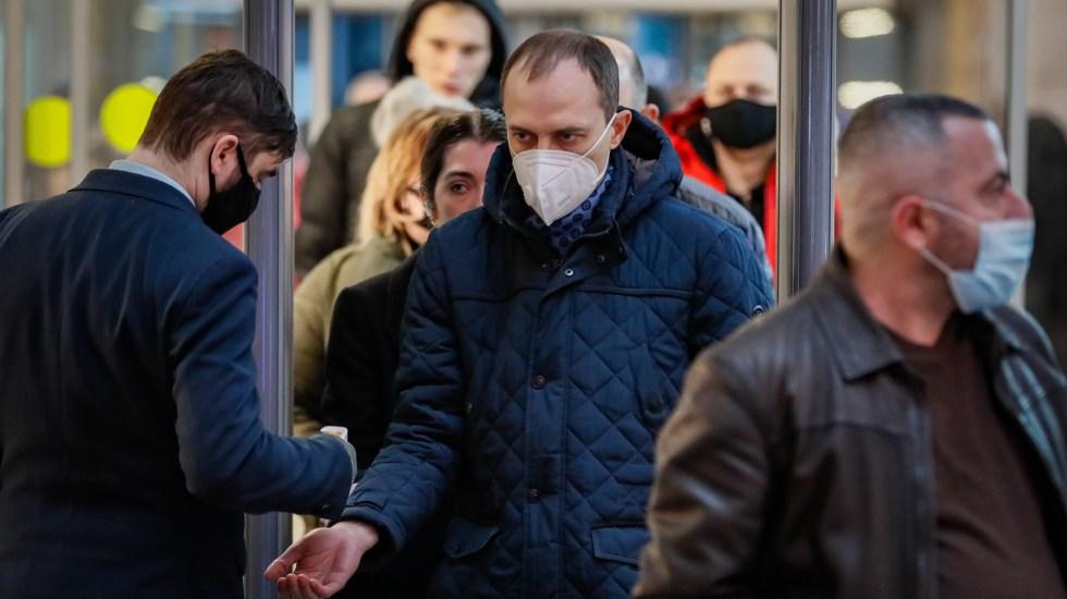 Reconoce OMS que pandemia trastornó al mundo pero resalta respuesta sanitaria histórica - Toma de temperatura en centro comercial de Rusia para detectar síntomas de COVID-19. Foto de EFE