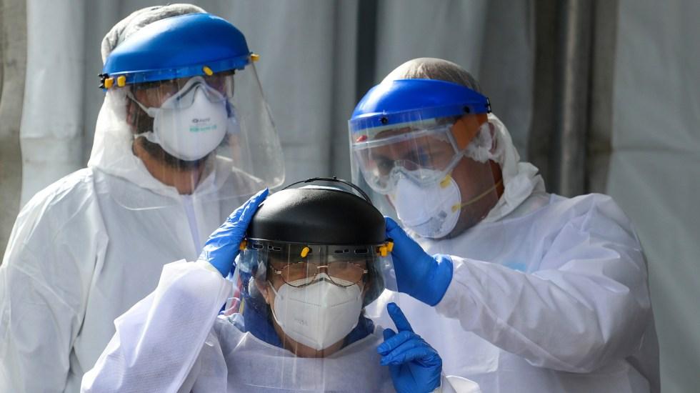 """Pide IMSS responsabilidad frente a COVID-19; """"trabajadores de la Salud están cansados"""", afirma Zoé Robledo - Trabajadores de la Salud que atienden COVID-19 en México. Foto de EFE"""