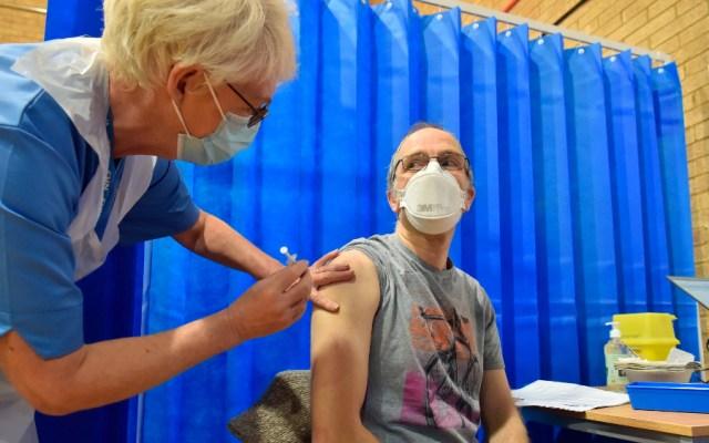 Causa vacuna contra COVID-19 reacción alérgica a dos personas en Reino Unido - Foto de EFE