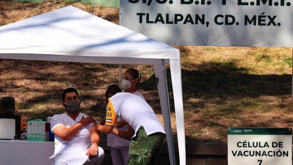 Pese a llegada de vacunas contra el COVID-19, médicos desconocen cuándo serán inmunizados - Foto de EFE