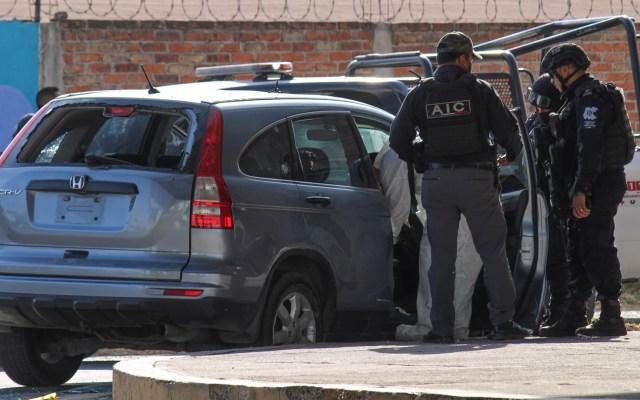 Detienen en Celaya a 13 presuntos miembros del Cártel Santa Rosa de Lima y CJNG - Agentes y peritos de la Policía Municipal examinan de Celaya autos vandalizados por el crimen organizado. Foto de EFE
