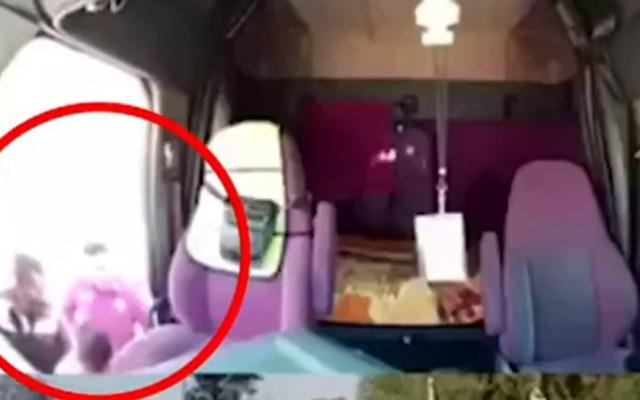 #Video Policías asaltan y golpean a trailero sobre la México-Querétaro - Agresión a trailero por parte de policías. Captura de pantalla