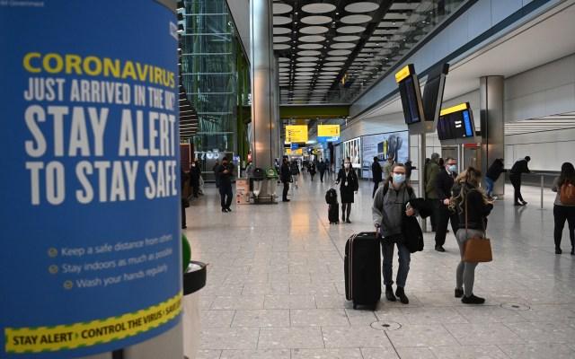 Reino Unido suspende corredores aéreos para evitar cepas importadas de COVID-19 - Anuncio sobre prevención del COVID-19 en Aeropuerto de Reino Unido. Foto de EFE