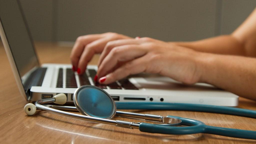 El futuro de un sistema de salud universal estaría en la telemedicina, presume Enrique de la Madrid - Atención de la salud a distancia. Foto de National Cancer Institute / Unsplash