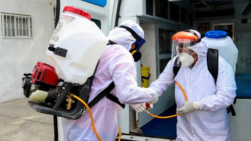 Brigadista sanitario desinfecta barrios en México tras sobrevivir al COVID-19 - Brigadas de sanitización contra COVID-19 en CDMX. Foto de EFE