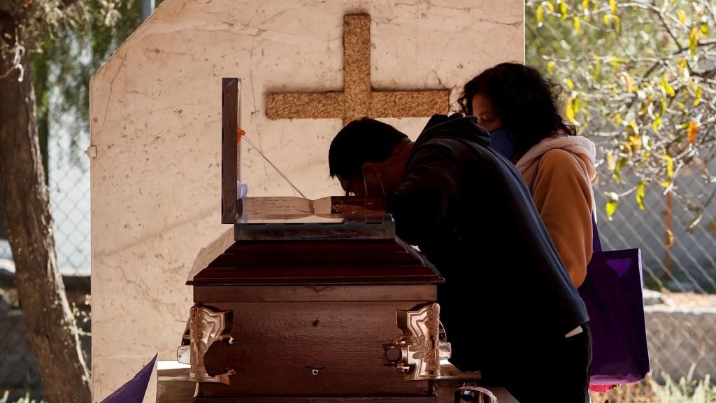 CDMX, de las más afectadas por la pandemia en el mundo; exceso de mortalidad es de 2.52 veces más a lo esperado - Familiares asisten al entierro de un fallecido por Covid-19 el 21 de enero de 2021, en el Panteón de Tláhuac, en Ciudad de México. Foto de EFE / Archivo