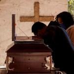 Cementerios de Ciudad de México están saturados por nuevo pico de muertes - Familiares asisten al entierro de un fallecido por Covid-19 el 21 de enero de 2021, en el Panteón de Tlahuac, en Ciudad de México (México). La desatada pandemia de coronavirus, que suma cifras récord de muertos desde hace semanas, va a camino de sobrepasar la capacidad de los cementerios de Ciudad de México, donde los trabajadores trabajan siete días a la semana y los entierros se suceden uno tras otro, a veces con escasas medidas de seguridad. Foto de EFE/ José Méndez