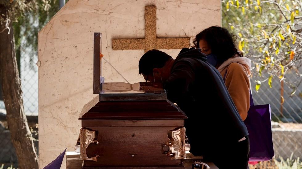 México sube al tercer lugar por muertos de COVID-19 con la pandemia sin control - Familiares asisten al entierro de un fallecido por Covid-19 el 21 de enero de 2021, en el Panteón de Tlahuac, en Ciudad de México (México). Foto de EFE/ José Méndez