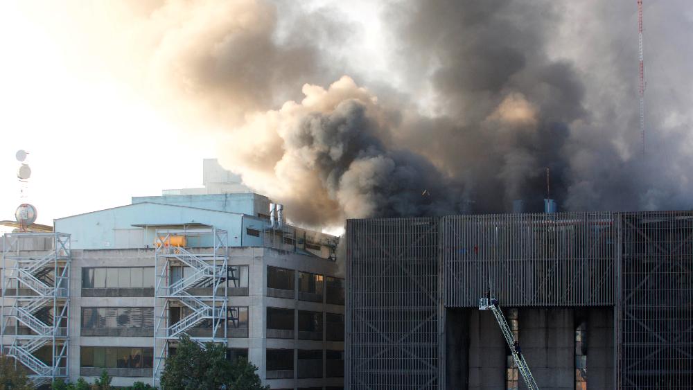 Horas después, declaran extinto incendio en instalaciones del Metro de la CDMX - Foto de EFE