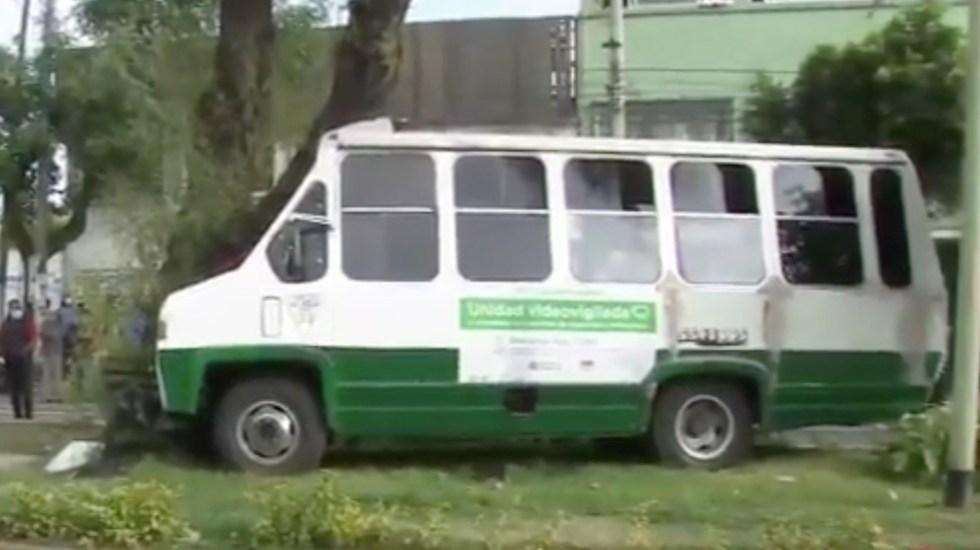 #Video Microbús pierde el control y choca contra árbol en la Venustiano Carranza; hay cinco heridos - Captura de pantalla