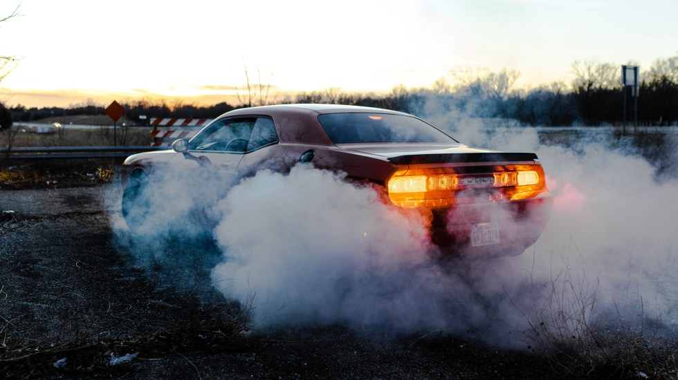 Jóvenes mexicanos crean filtro para transformar CO2 en sales reutilizables - Contaminación expedida por auto. Foto de Xavier Gonzalez / Unsplash