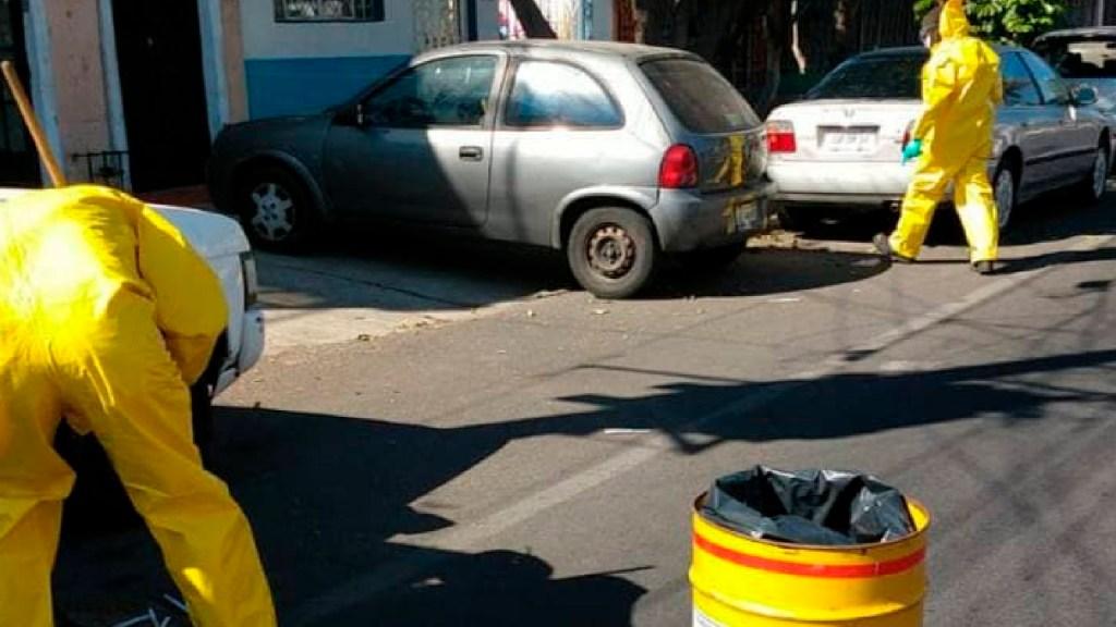 Dejan tirados cientos de hisopos para pruebas de detección COVID-19 en vía pública de Guadalajara - Dejan tirados cientos de hisopos para pruebas de detección COVID-19 en vía pública de Guadalajara. Foto Twitter @GuadalajaraGob