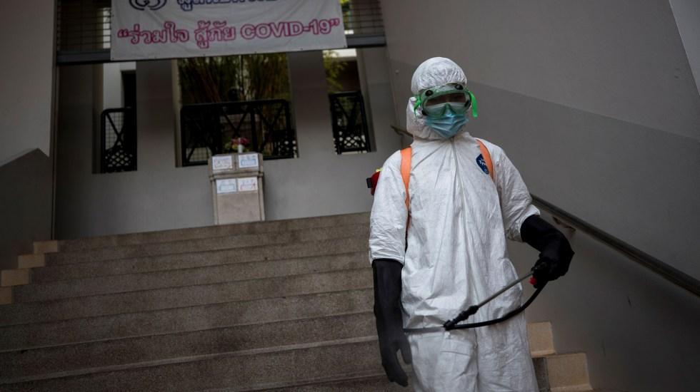 Confirma OMS que casos globales de COVID-19 superan los 100 millones - Desinfección de escuela en Bangkok. Foto de EFE