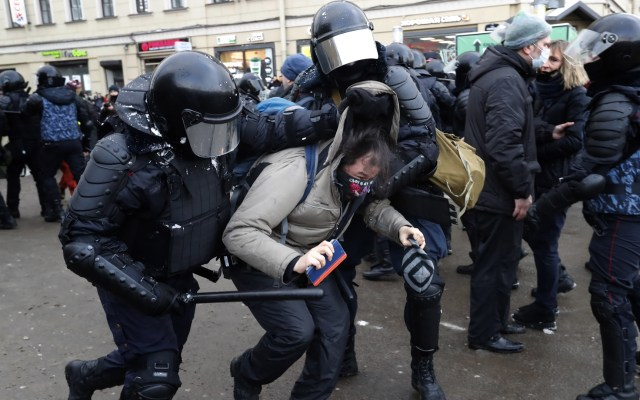 Suman mil 500 detenidos en protestas en Rusia a favor de Navalni - Detención en Rusia de manifestante a favor de la liberación de Alexéi Navalni. Foto de EFE