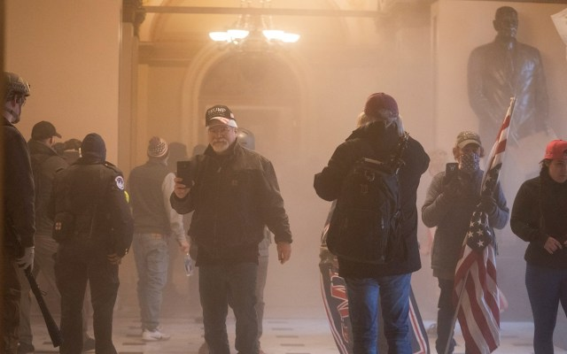 Cadena de dimisiones entre altos cargos de la Casa Blanca tras los disturbios - Foto de EFE/EPA/JIM LO SCALZO.