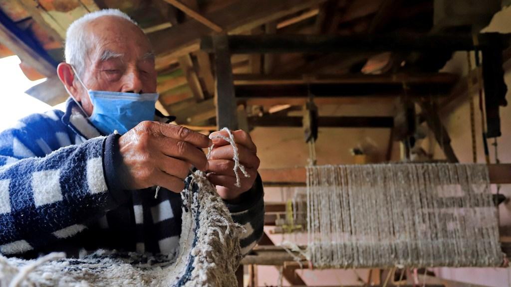 Las cotorinas, prendas mexicanas únicas en peligro de extinción - El tejedor Luis Raymundo Herrera elabora una cotorina. Foto de EFE