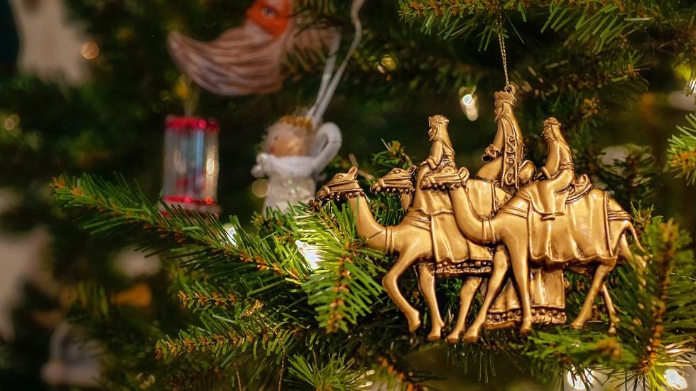 Ventas por Día de Reyes caerán casi 50 por ciento ante pandemia - Figura de los Reyes Magos en árbol de Navidad. Foto de Robert Thiemann / Unsplash