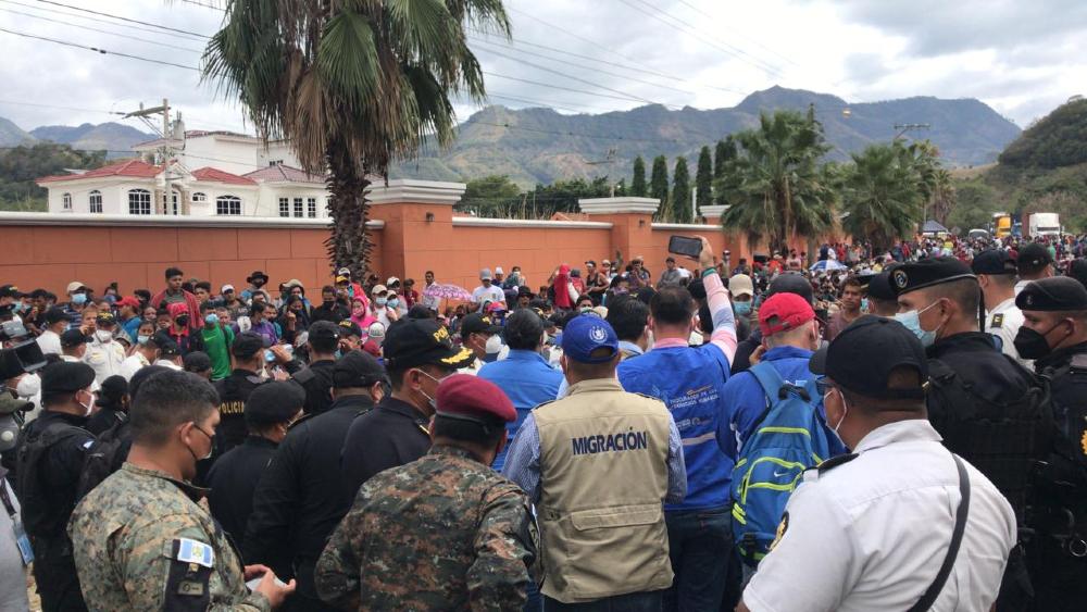 Caravana migrante continúa detenida en carretera al este de Guatemala - Foto de @MigracionGuate