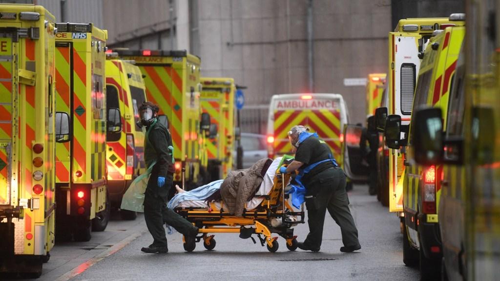 Londres se declara en 'situación grave' por pandemia de COVID-19 - Hospitalización de persona por COVID-19 en Londres. Foto de EFE