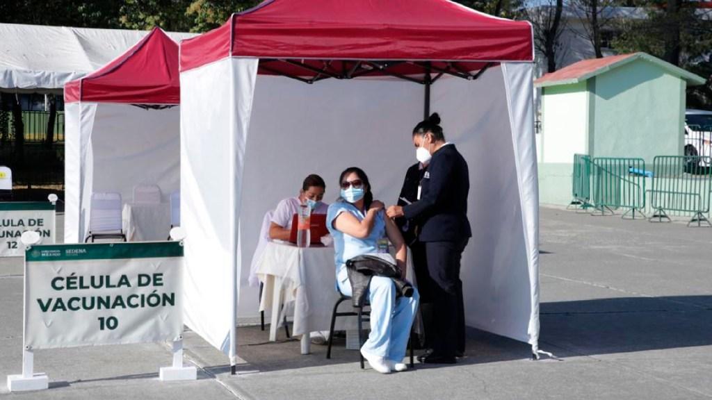 Doctora que sufrió evento atribuible a vacuna contra COVID-19 respondió favorablemente al tratamiento, confirma IMSS - Hospitalizan a doctora que recibió vacuna contra COVID-19 por reacciones secundarias, reporta SSA. Foto Twitter @Tu_IMSS
