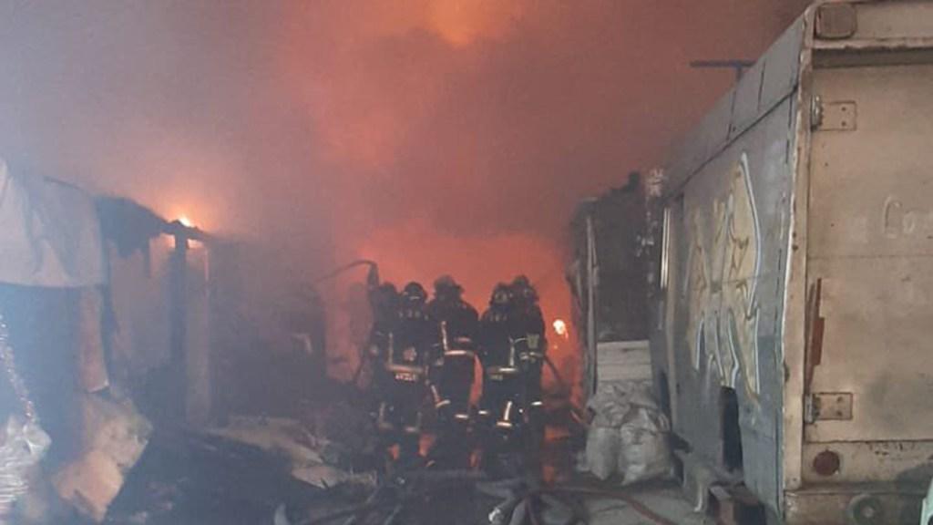 Incendio en la colonia Tacuba consume 20 casas de cartón - Incendio de casas de cartón en la colonia Tacuba de la CDMX. Foto de @Bomberos_CDMX
