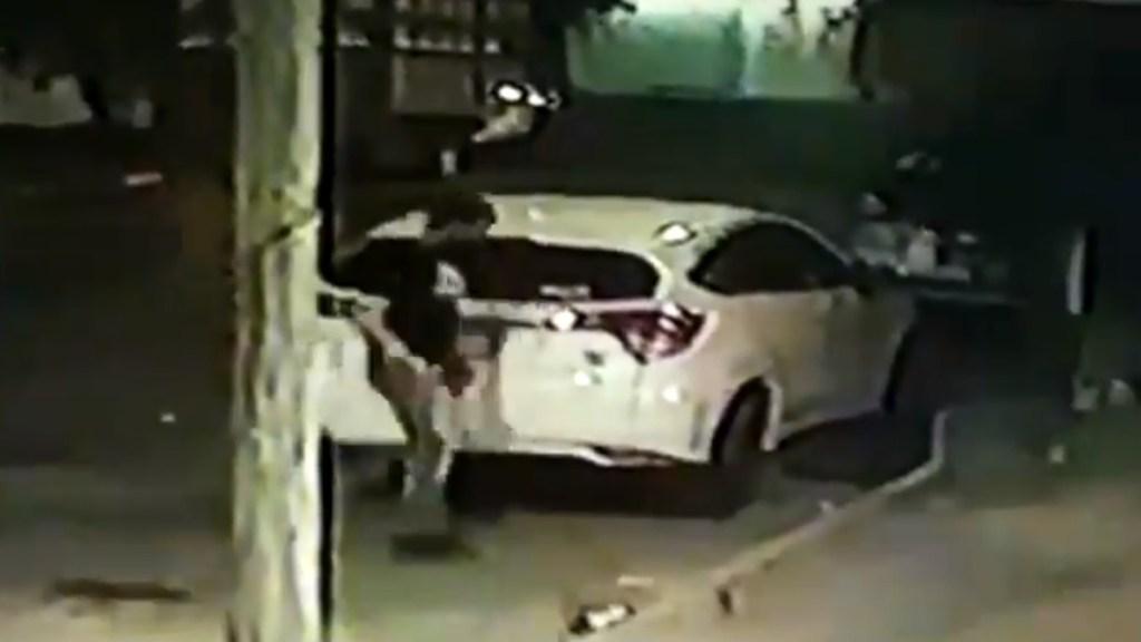 #Video Captan a sospechoso de desaparición de Samara Aurora con bulto envuelto en sábanas - Instructor mete bulto envuelto en sábanas a camioneta de la nutrióloga Samara Aurora. Captura de pantalla