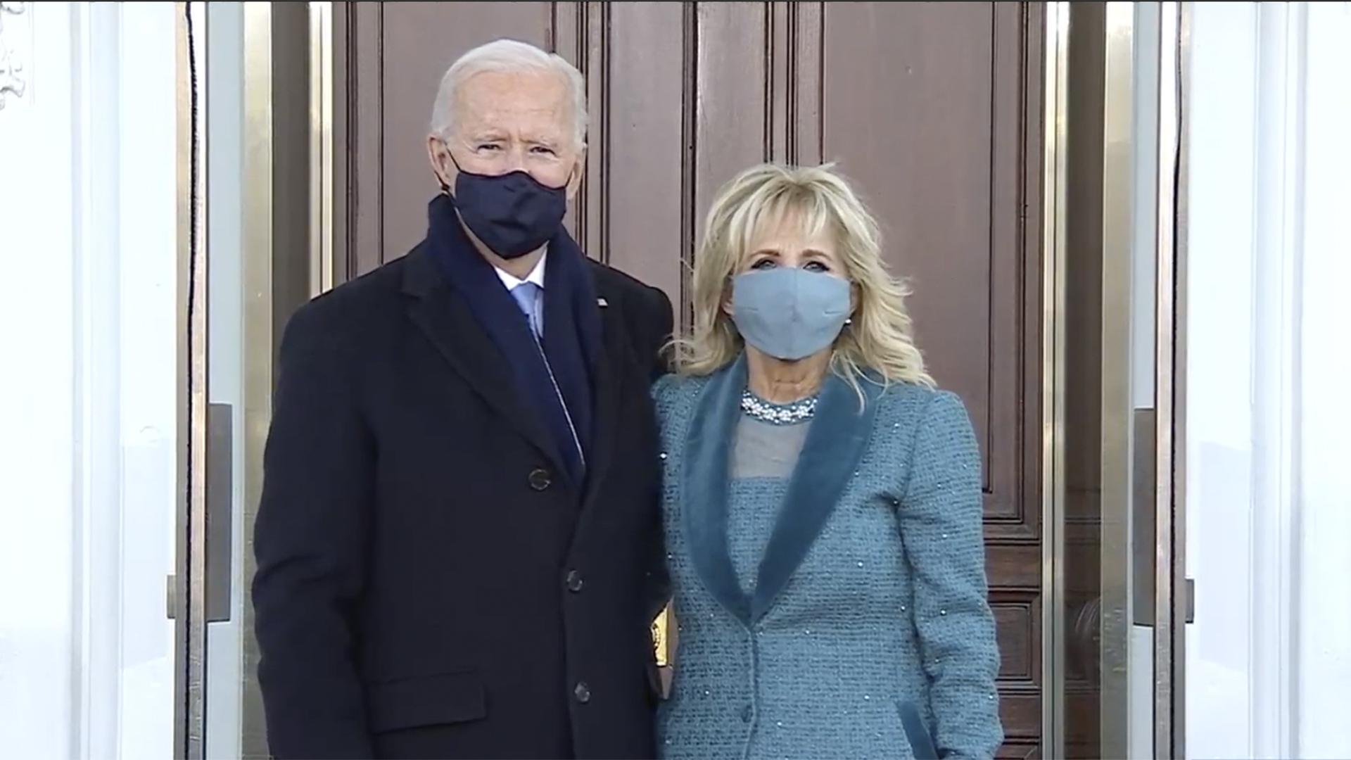 Joe, acompañado de su esposa Jill Biden, ingresa por primera vez a la Casa Blanca. Foto de C-Span-Captura de pantalla.